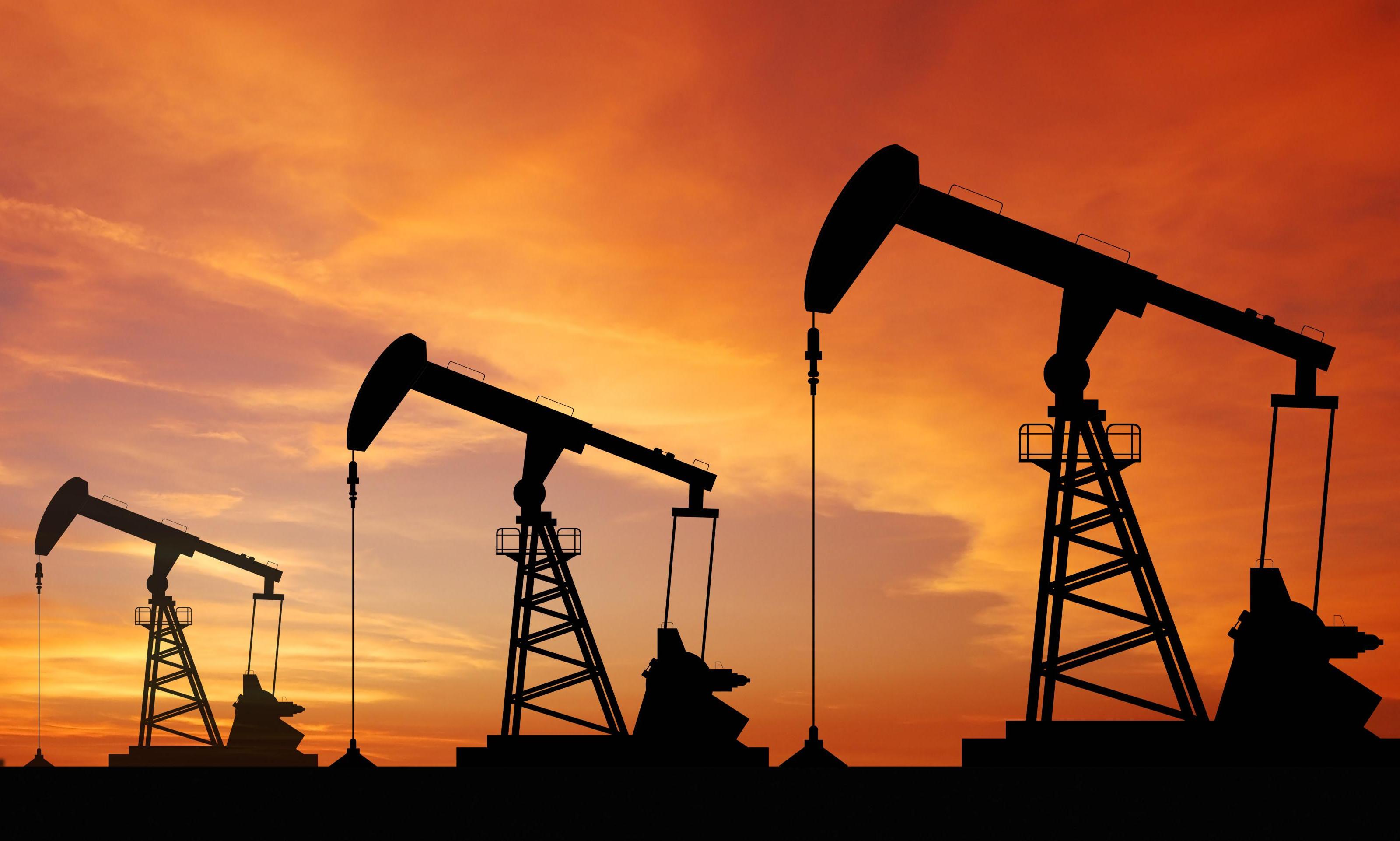 Giá xăng dầu tuần tới: Dự trữ dầu thô của Mỹ tăng gây áp lực lên giá - Ảnh 1.