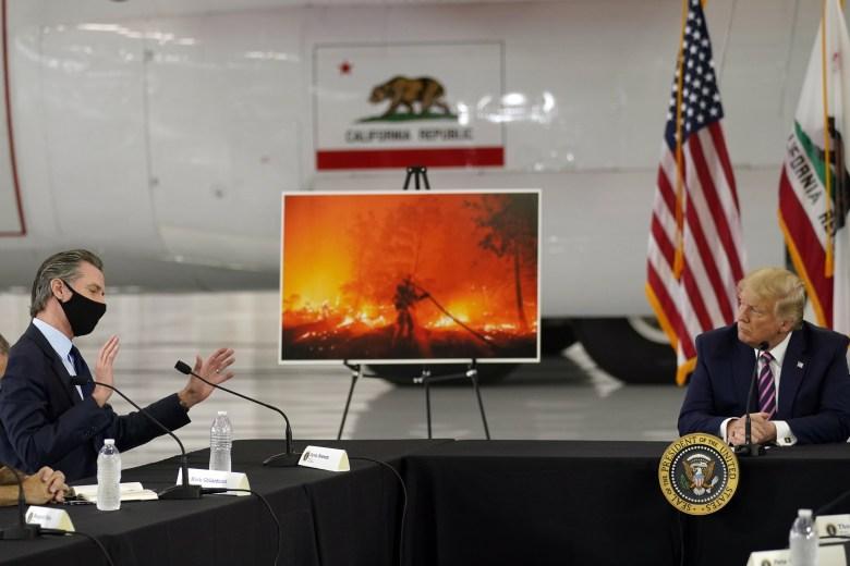 Thảm họa cháy rừng tại California len lỏi vào cuộc khẩu chiến giữa hai ứng viên Trump và Biden - Ảnh 1.