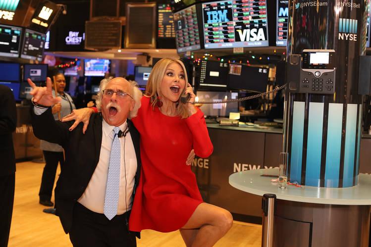 Dow Jones tăng gần 200 điểm phiên cuối năm, chứng khoán Mỹ đóng cửa trên đỉnh mới - Ảnh 1.