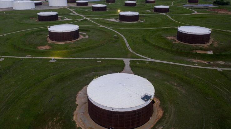 Giá xăng dầu hôm nay 17/9: Dầu tiếp tục tăng khi dự trữ dầu thô giảm do bão - Ảnh 1.
