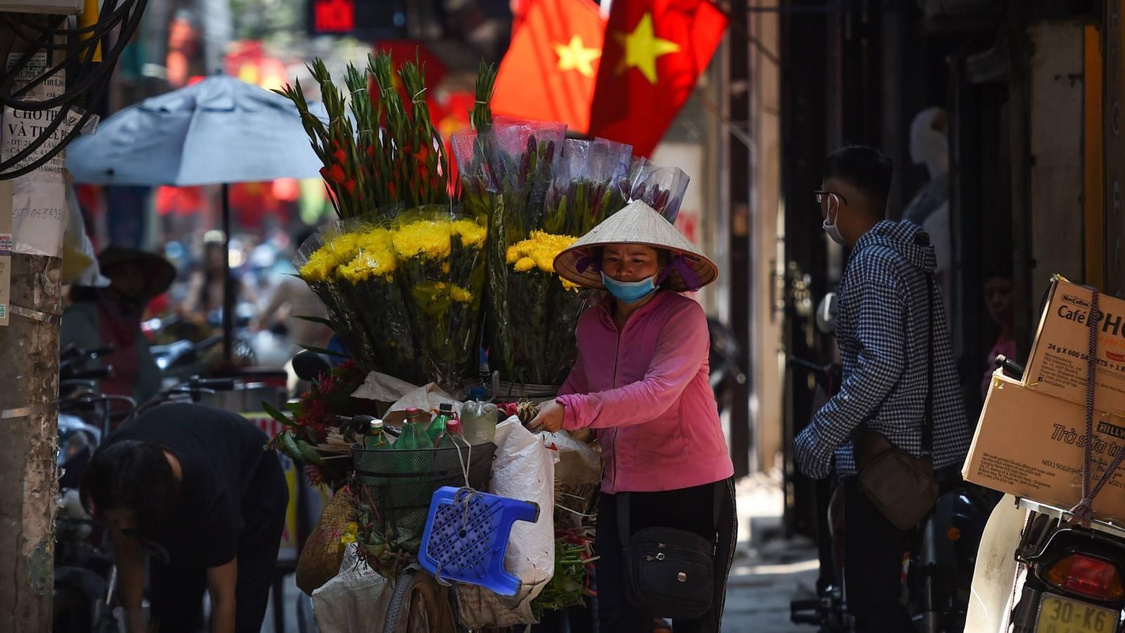Nikkei: Dệt may Việt Nam chuyển mình thành 'công xưởng sản xuất khẩu trang của thế giới'  - Ảnh 1.
