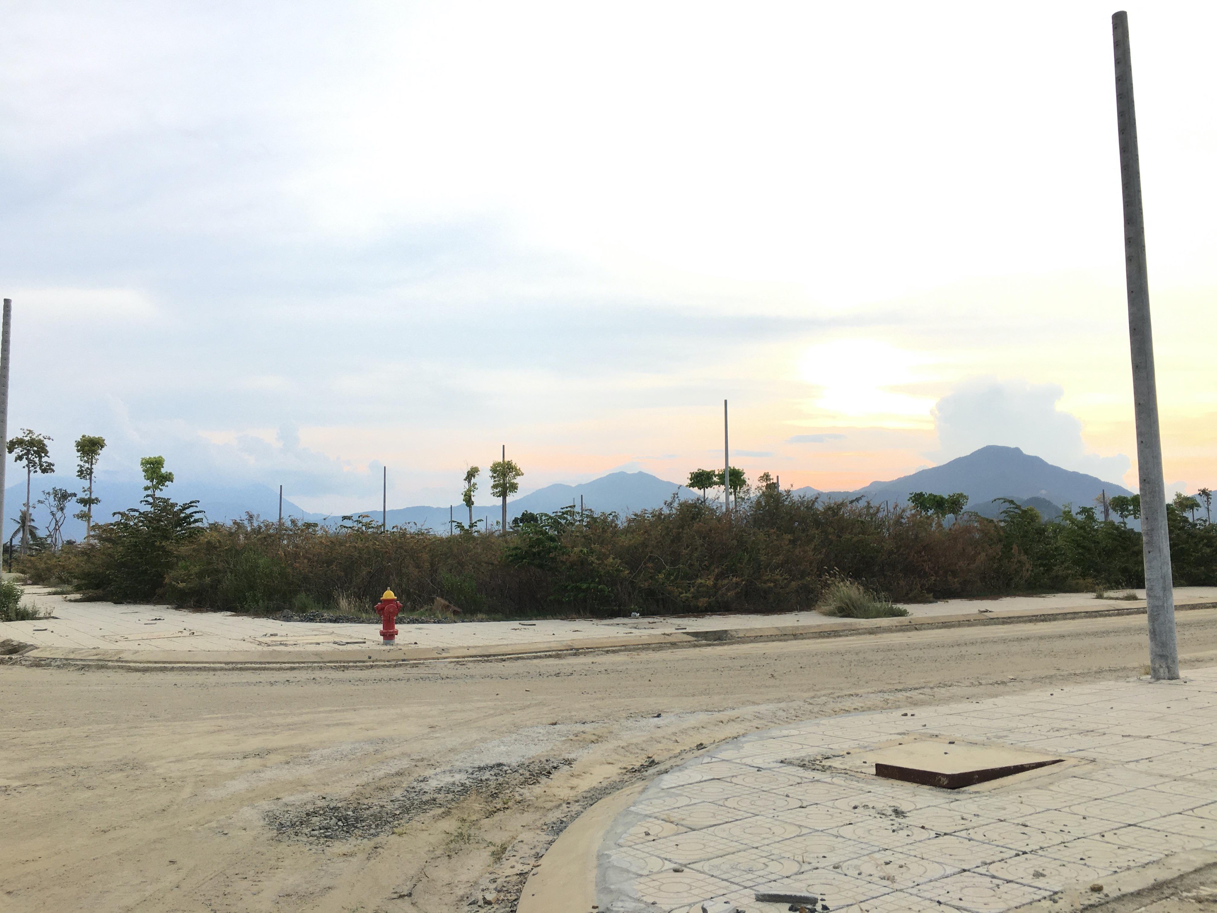 Đất nền Đà Nẵng giảm cả tỉ đồng nhưng không ai mua, các ki ốt bất động sản bỏ hoang, bụi phủ đầy - Ảnh 4.