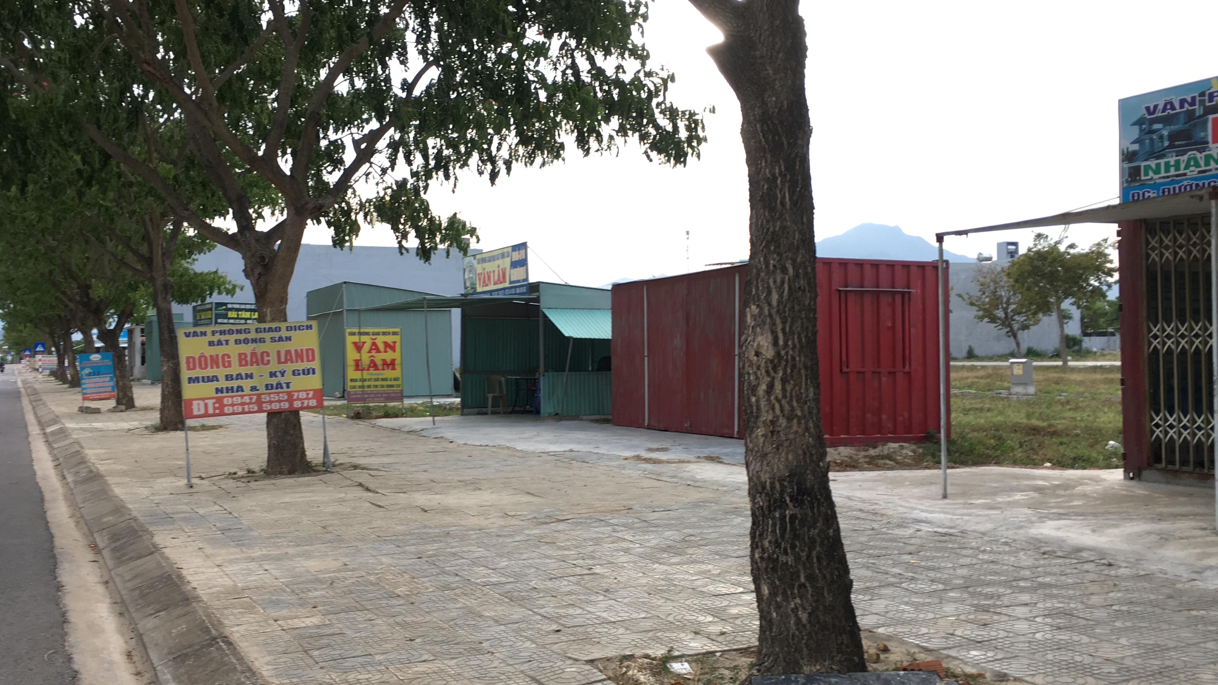 Đất nền Đà Nẵng giảm cả tỉ đồng nhưng không ai mua, các ki ốt bất động sản bỏ hoang, bụi phủ đầy - Ảnh 14.