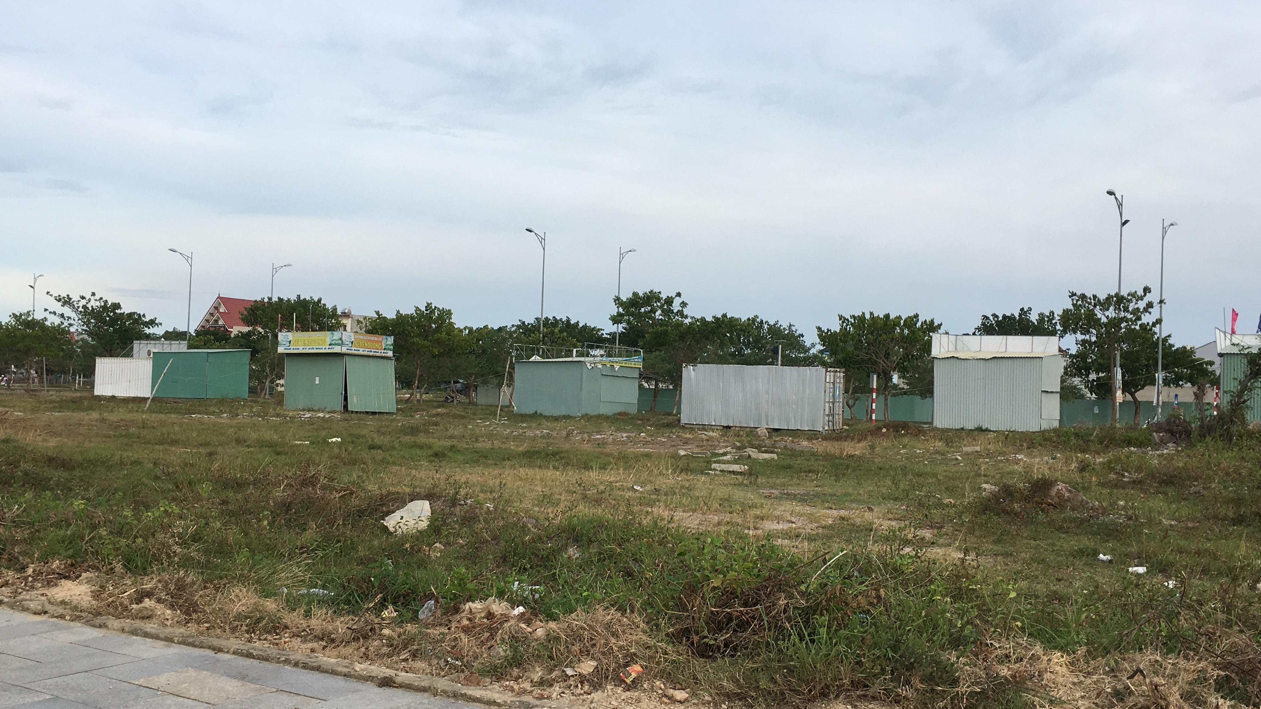 Đất nền Đà Nẵng giảm cả tỉ đồng nhưng không ai mua, các ki ốt bất động sản bỏ hoang, bụi phủ đầy - Ảnh 12.