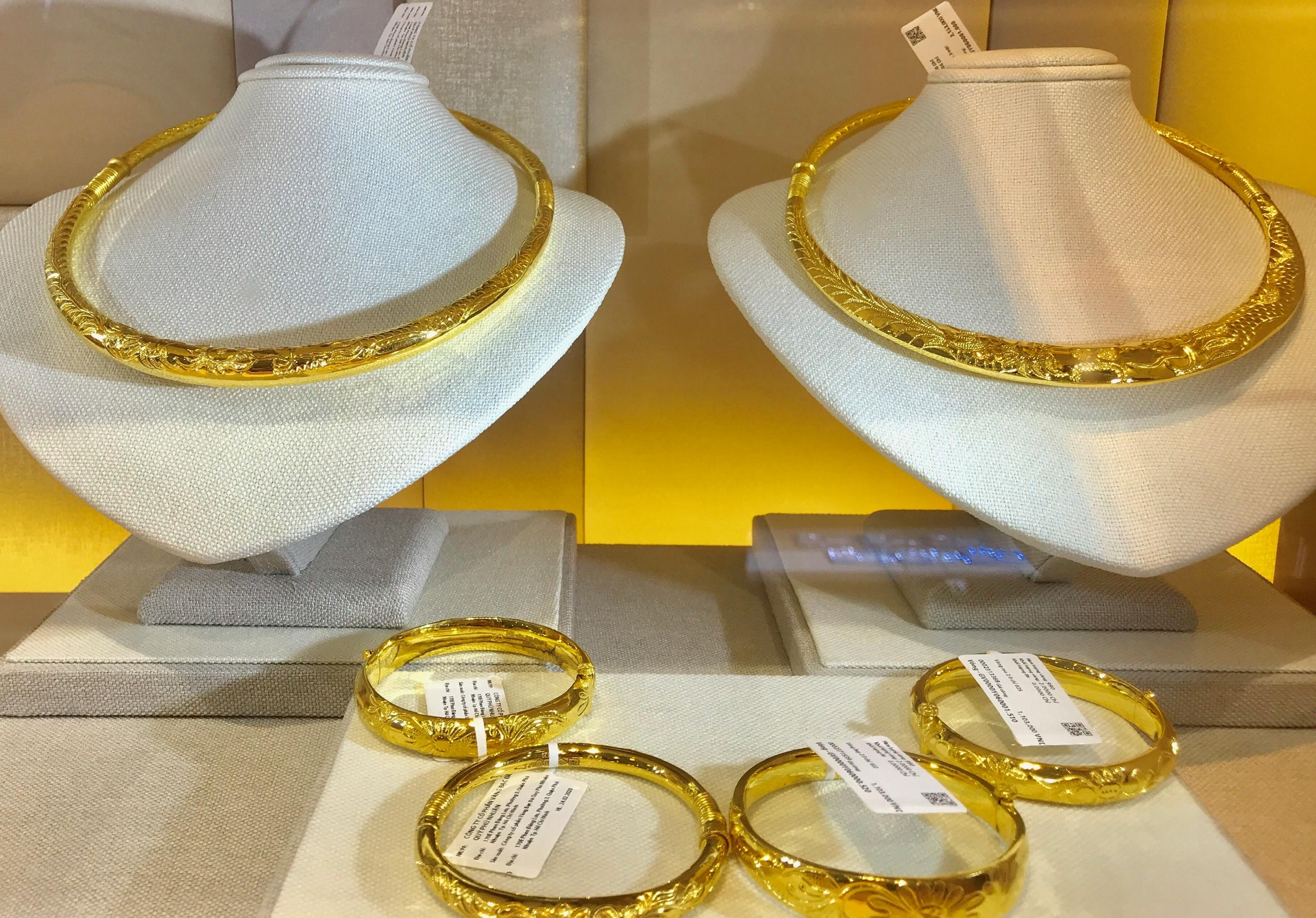 Giá vàng giảm xuống vùng 54 triệu đồng/lượng, người mua lỗ hơn 2 triệu đồng/lượng sau 3 ngày - Ảnh 2.