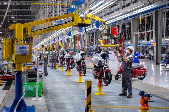 Bloomberg: Tỉ phú Phạm Nhật Vượng muốn đưa xe điện đến với người Việt Nam, chấp nhận để VinFast lỗ 5 năm - Ảnh 2.