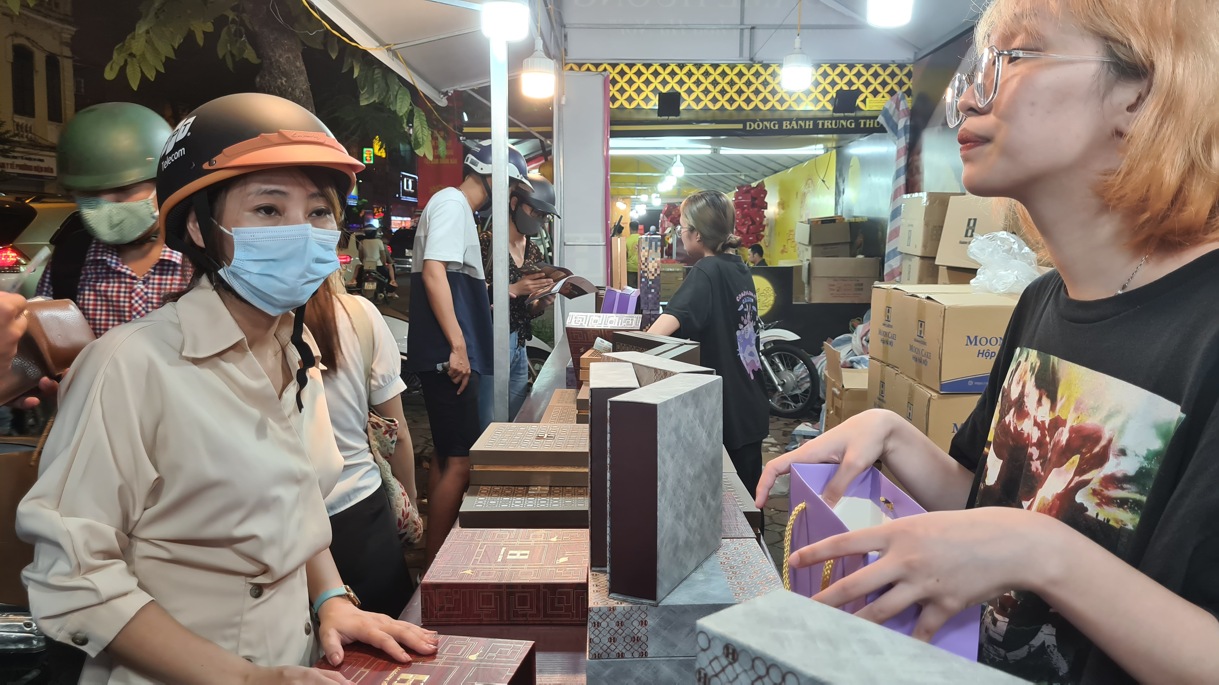 Người Hà Nội nườm nượp tới mua bánh trung thu tại các cửa hàng, gian hàng - Ảnh 8.