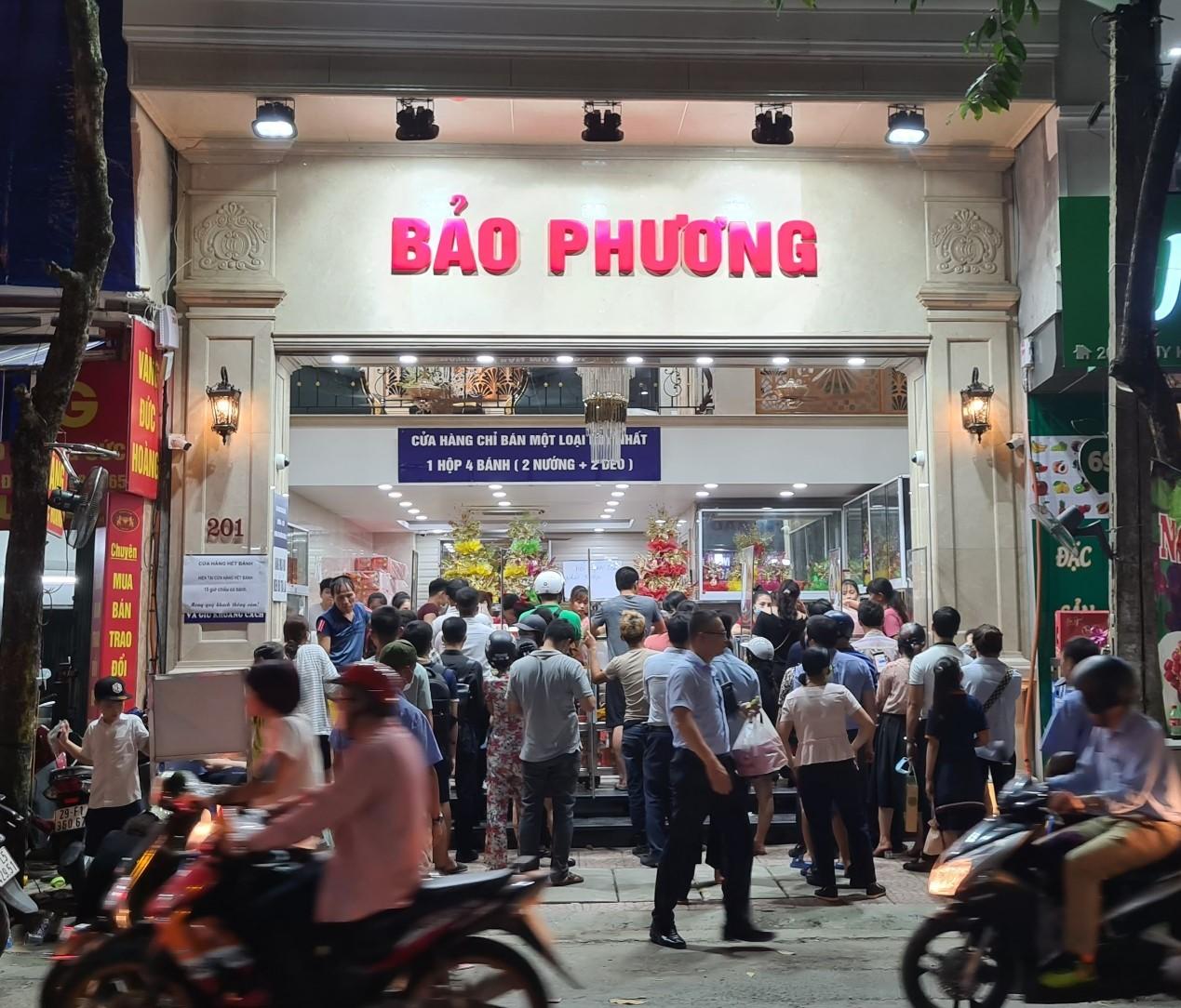 Người Hà Nội nườm nượp tới mua bánh trung thu tại các cửa hàng, gian hàng - Ảnh 1.