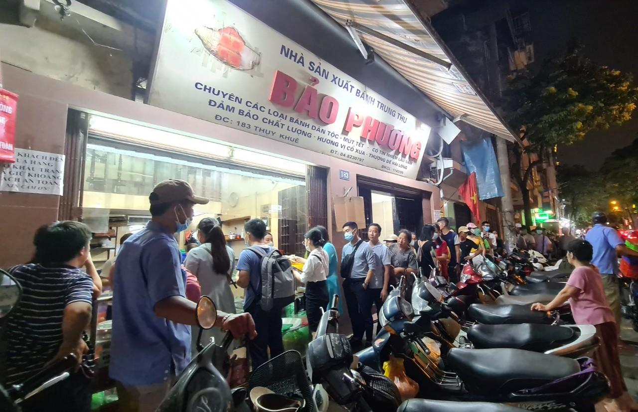 Người Hà Nội nườm nượp tới mua bánh trung thu tại các cửa hàng, gian hàng - Ảnh 5.