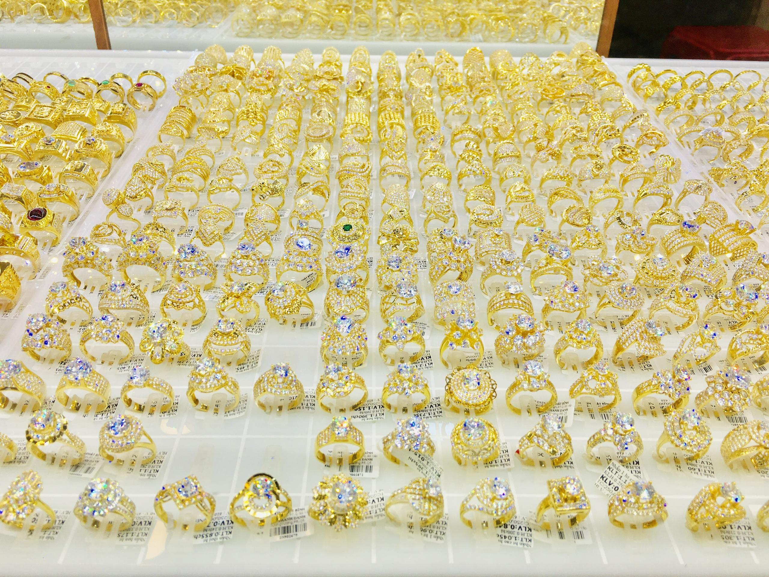 Giá vàng SJC rớt mạnh sau kì nghỉ Lễ, người mua lỗ gần 2 triệu đồng/lượng sau 2 ngày - Ảnh 1.