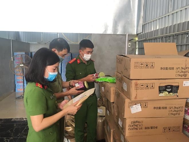 Phát hiện hàng tấn nguyên liệu trà sữa trôi nổi chuẩn bị tiêu thụ tại Hà Nội - Ảnh 1.