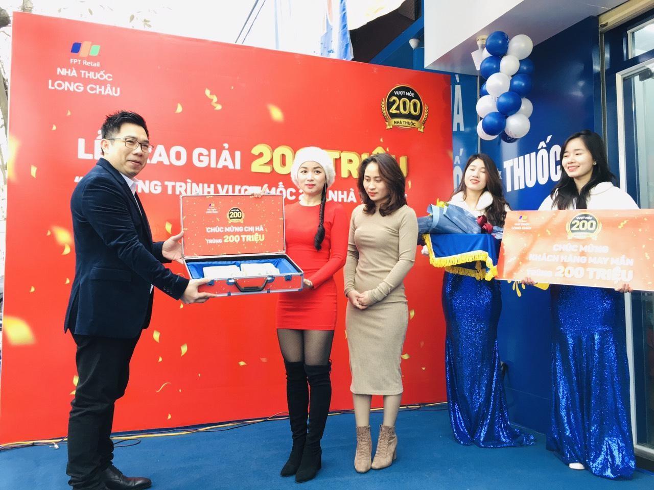 FPT Long Châu trao thưởng 200 triệu đồng sau khi vượt mốc 200 nhà thuốc - Ảnh 1.