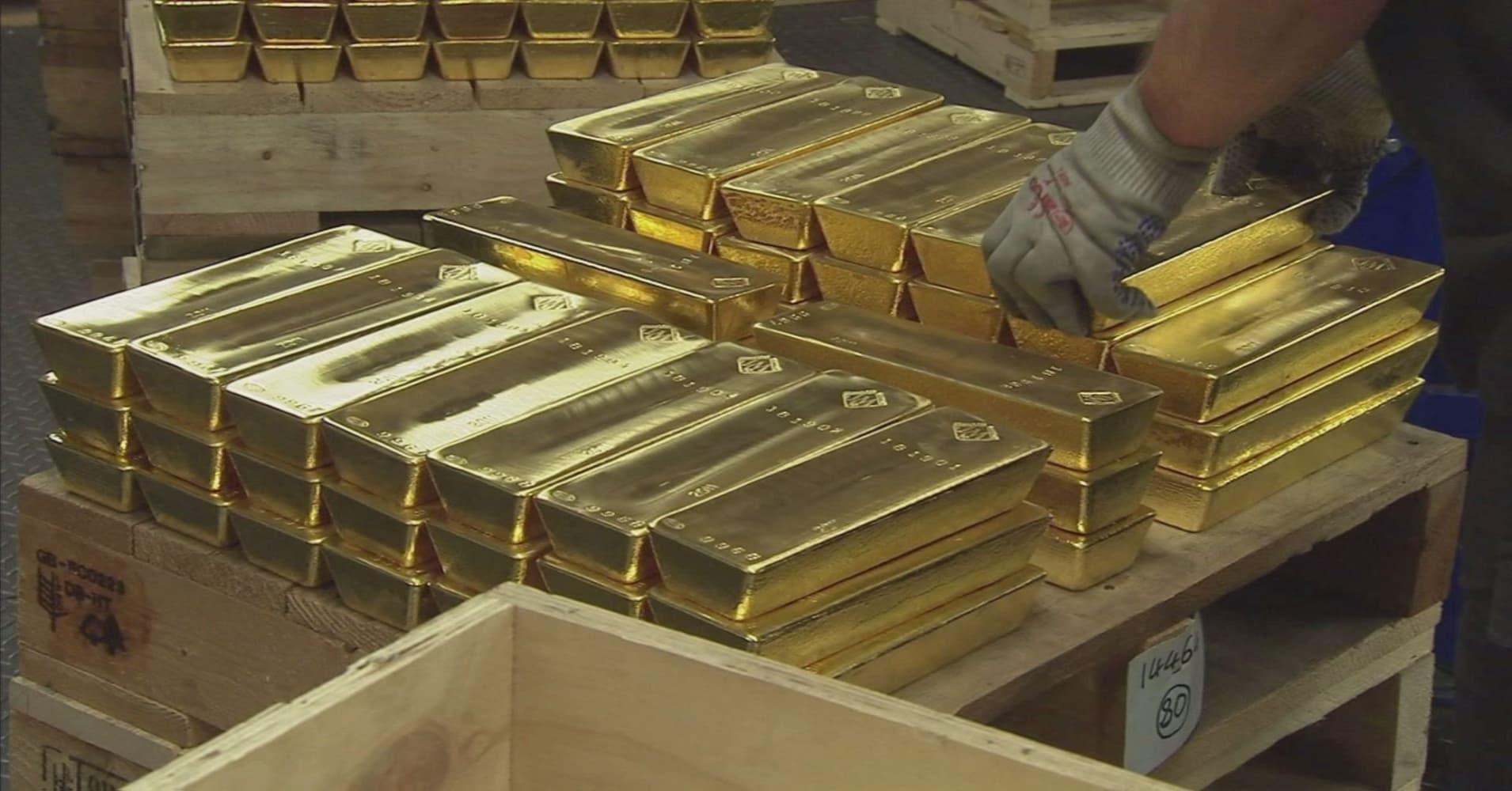 Dự trữ vàng của Nga lần đầu tiên vượt qua dự trữ USD - Ảnh 1.
