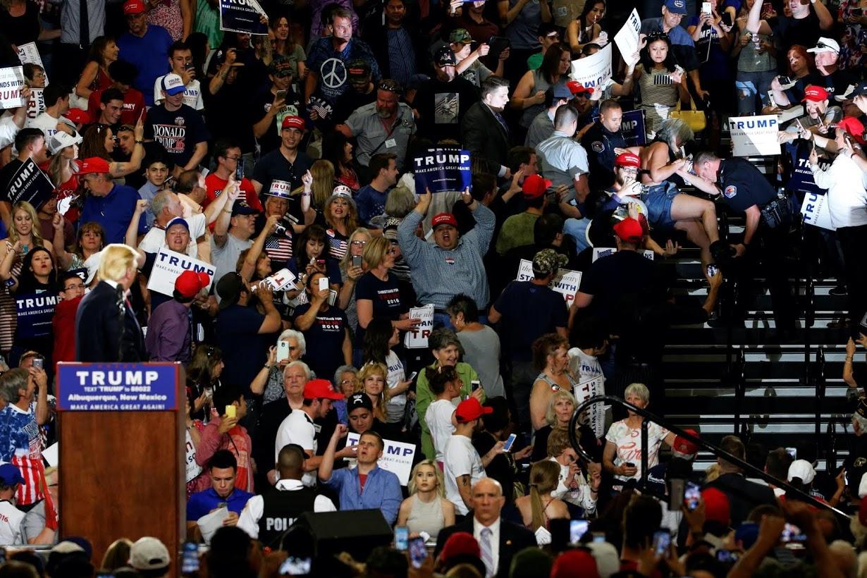 Đám đông, biểu tình và hai cuộc luận tội: 4 năm làm tổng thống của ông Trump qua những bức ảnh - Ảnh 1.