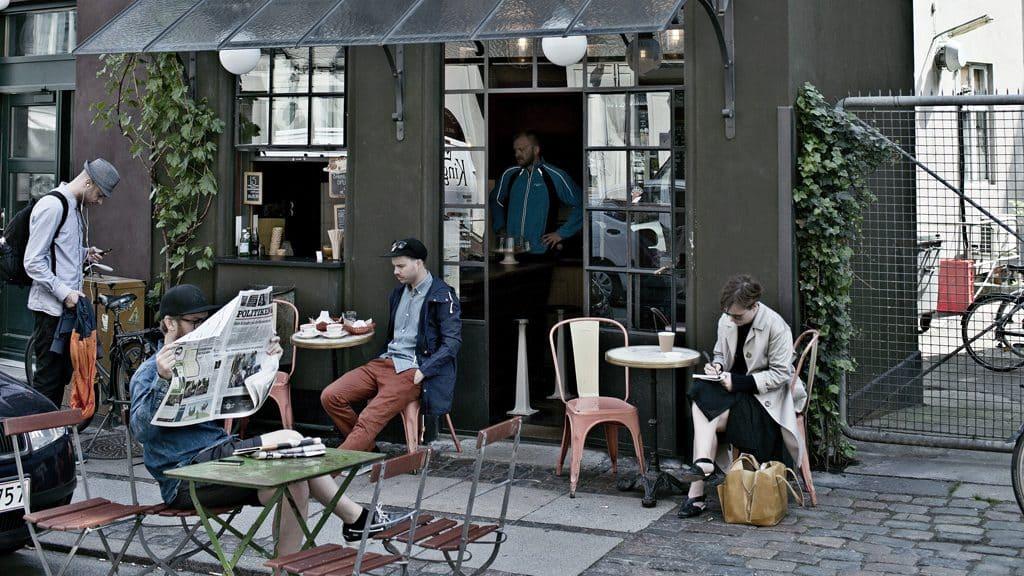 Một cửa hàng cà phê ngoài trời tại Đan Mạch.