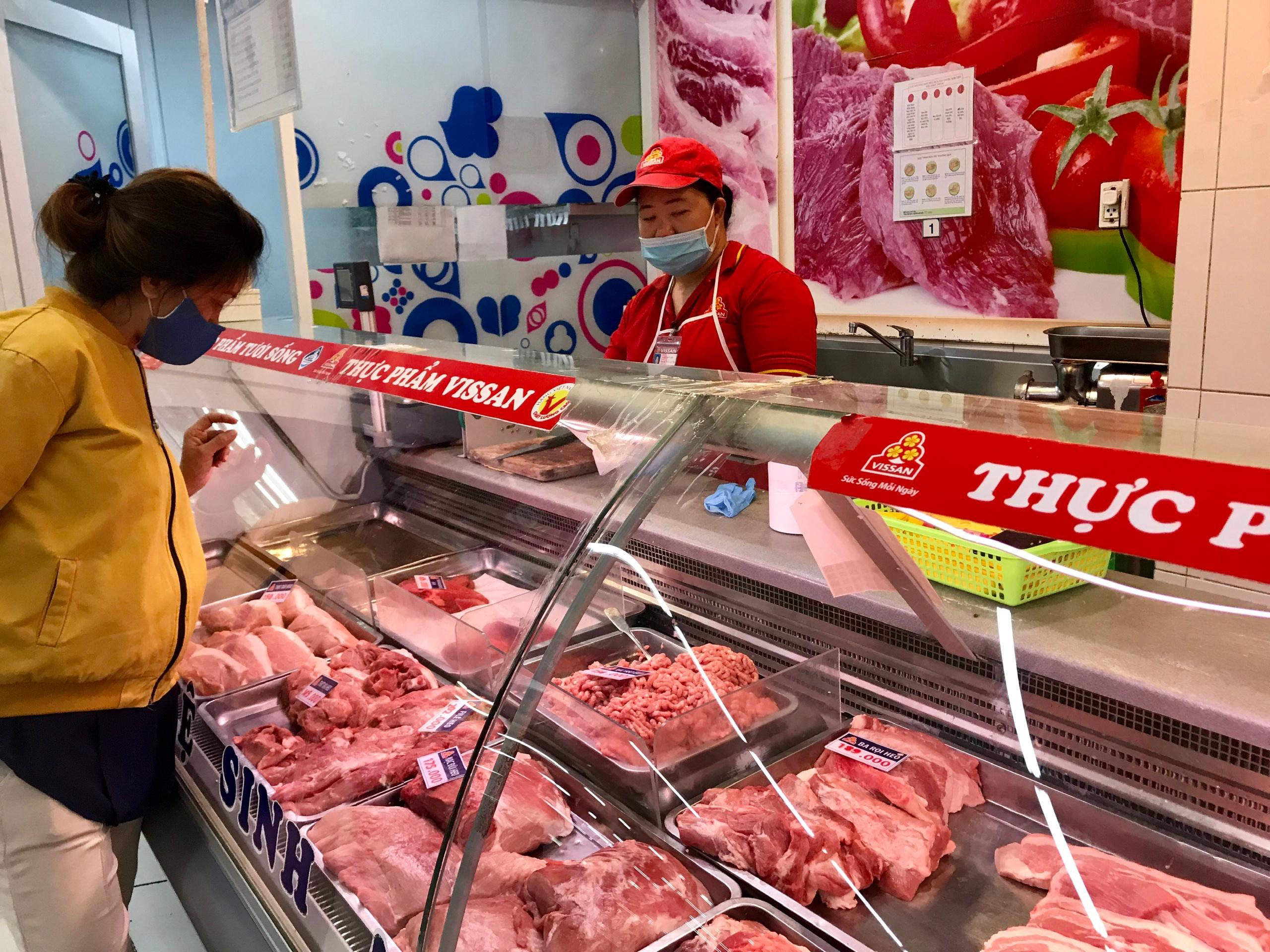 Theo dõi sát tình hình sản xuất, có phương án nhập khẩu thịt heo nếu cần thiết - Ảnh 1.