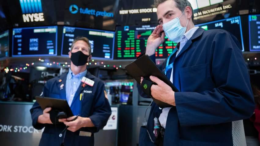 Dow Jones tăng hơn 400 điểm lên đỉnh mới bất chấp sóng gió chính trị - Ảnh 1.