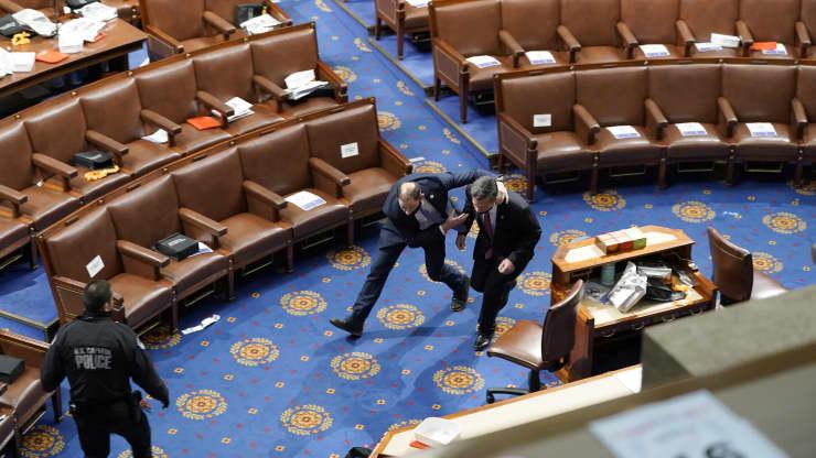 Người biểu tình đứng lên ghế Chủ tịch Thượng viện la hét: 'Trump đã thắng cuộc bầu cử' - Ảnh 5.
