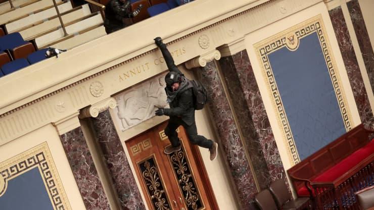 Người biểu tình đứng lên ghế Chủ tịch Thượng viện la hét: 'Trump đã thắng cuộc bầu cử' - Ảnh 2.