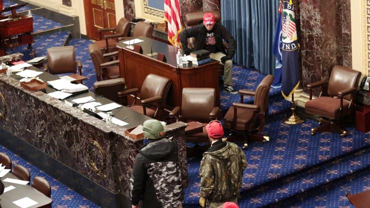 Người biểu tình đứng lên ghế Chủ tịch Thượng viện la hét: 'Trump đã thắng cuộc bầu cử' - Ảnh 4.