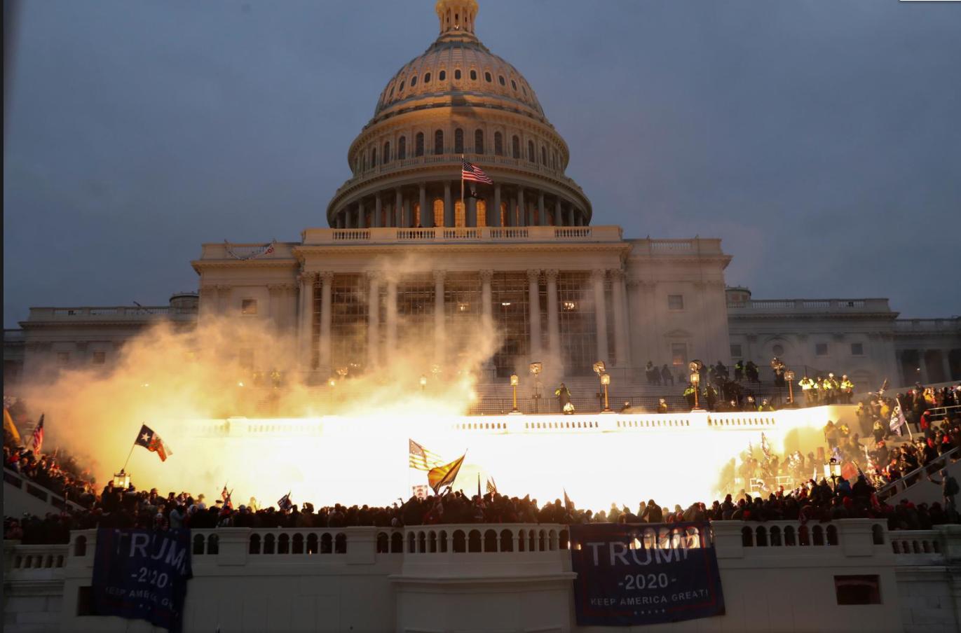 Người biểu tình đứng lên ghế Chủ tịch Thượng viện la hét: 'Trump đã thắng cuộc bầu cử' - Ảnh 1.