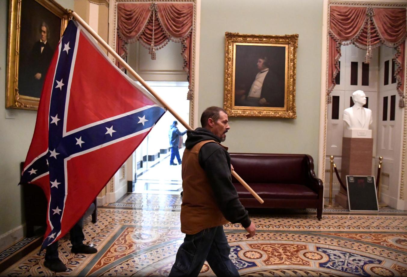 Người biểu tình đứng lên ghế Chủ tịch Thượng viện la hét: 'Trump đã thắng cuộc bầu cử' - Ảnh 3.