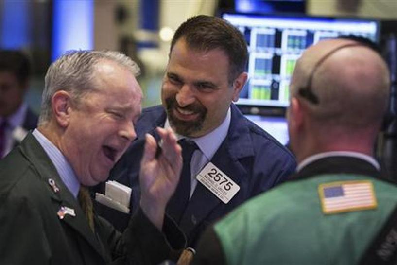 Chứng khoán Mỹ đồng loạt phá đỉnh sau bạo loạn, Dow Jones vượt mốc 31.000 - Ảnh 1.