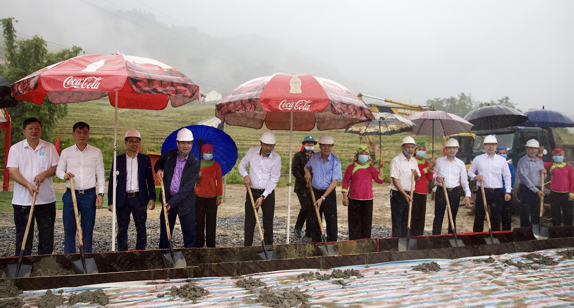 T&T Group trao tặng 2.000 tấn xi măng hỗ trợ thị xã Sa Pa cứng hóa nền nhà và làm đường  - Ảnh 1.