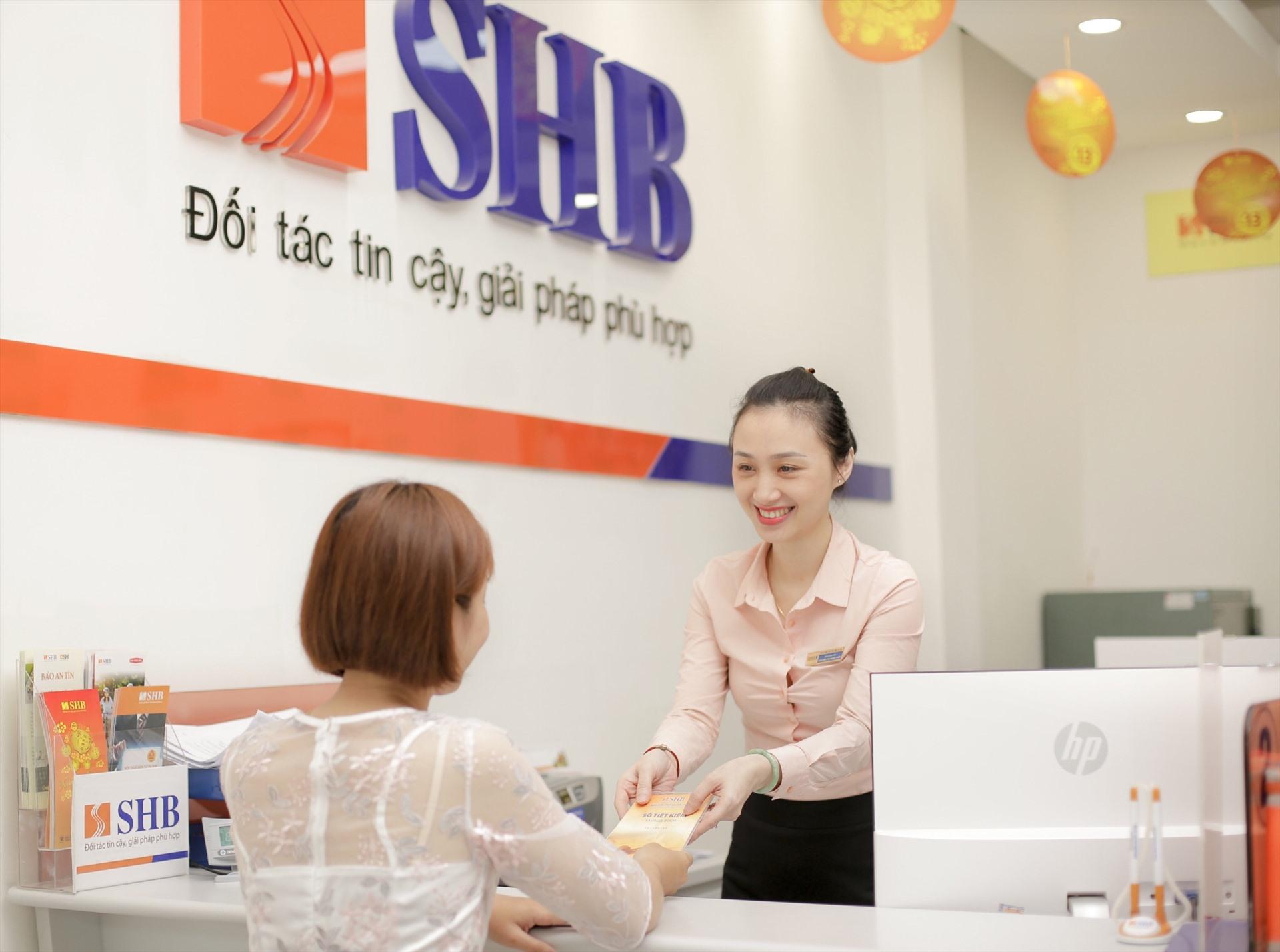 Cổ phiếu ngân hàng 'xanh mướt', thanh khoản SHB bùng nổ trong ngày đầu chào sàn HOSE - Ảnh 1.