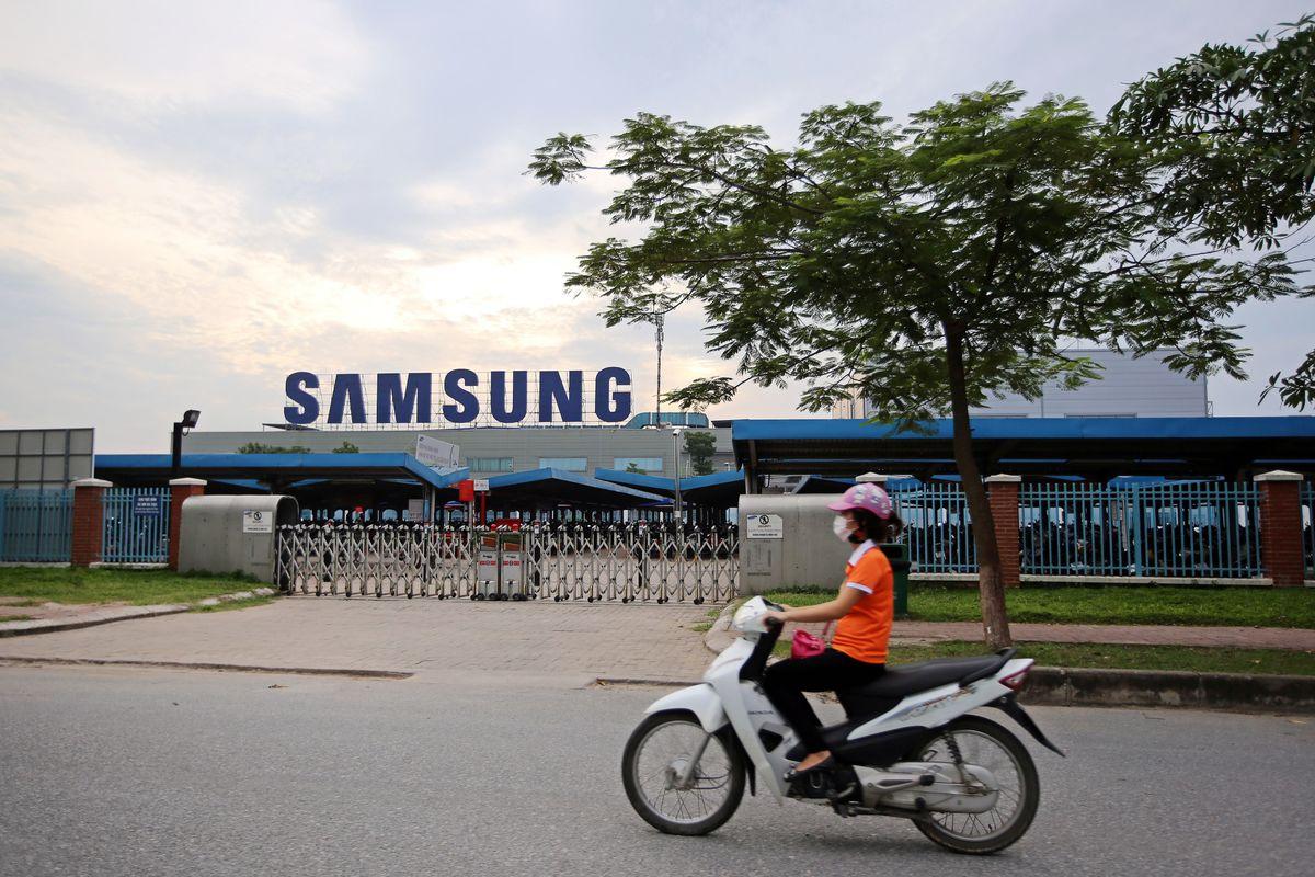Bloomberg: 'Đại bàng' công nghệ Samsung, Intel dự kiến khôi phục hoàn toàn hoạt động sản xuất vào cuối tháng 11 - Ảnh 1.