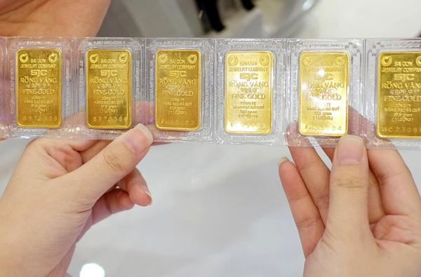 Giá vàng hôm nay 17/2: Vàng miếng SJC mất hơn 550.000 đồng/lượng - Ảnh 1.