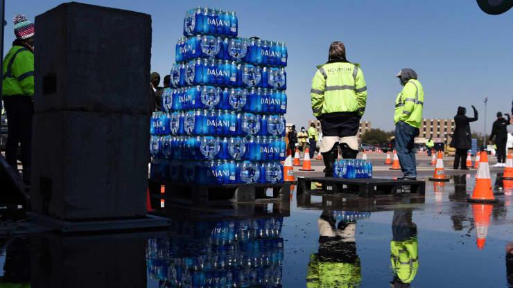 Hàng triệu người Texas vẫn thiếu nước uống, Tổng thống Biden tuyên bố tình trạng thảm họa - Ảnh 2.