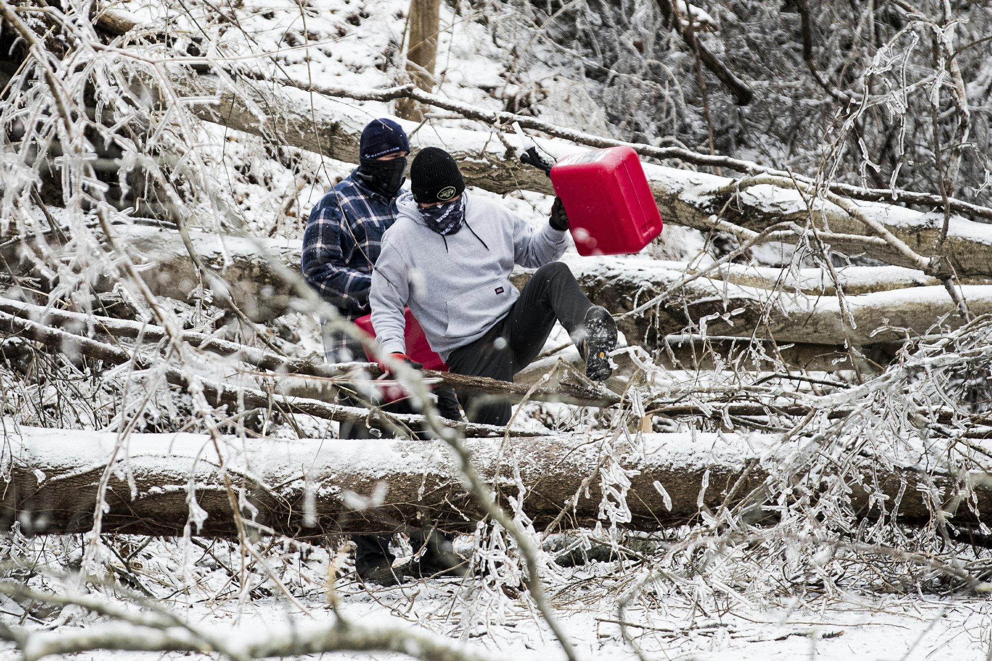 [PhotoStory] Những hình ảnh có một không hai về mùa đông khắc nghiệt trên đất Mỹ - Ảnh 19.