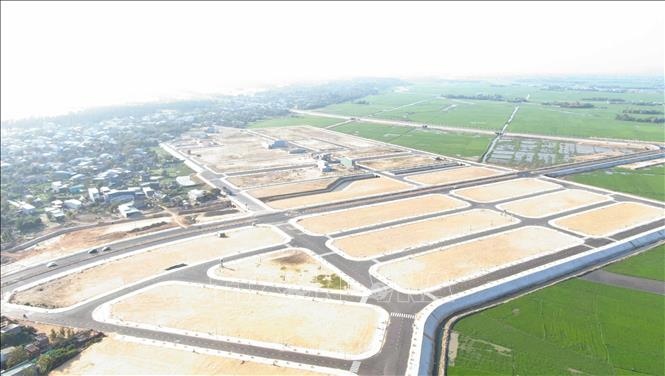 Nhiều dự án dân cư đang được đầu tư xây dựng tại thị trấn Cát Tiến. (Ảnh: TTXVN).