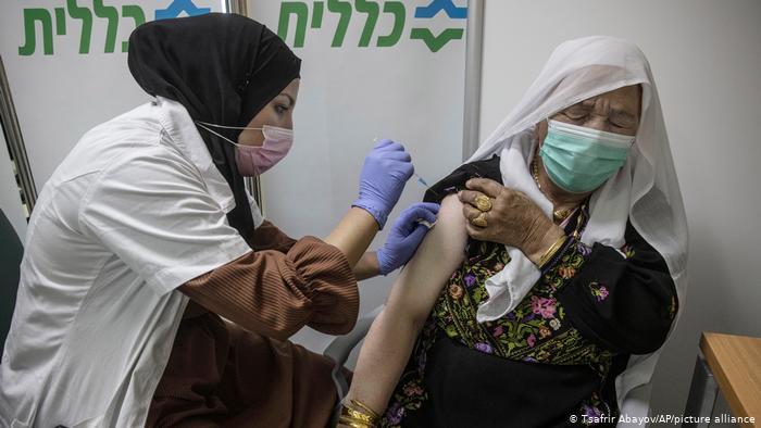 Chiến thuật mua vắc xin COVID-19 thông minh giúp gần một nửa dân số Israel đã được tiêm chủng - Ảnh 2.
