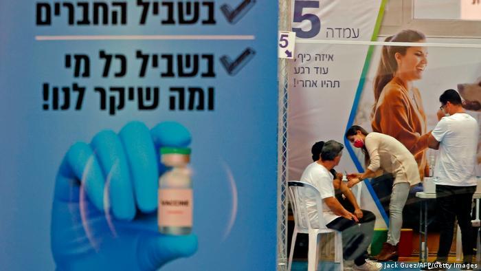 Chiến thuật mua vắc xin COVID-19 thông minh giúp gần một nửa dân số Israel đã được tiêm chủng - Ảnh 1.