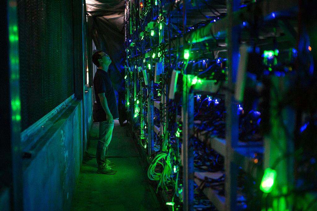 Bitcoin là ảo, nhưng ít nhất một hệ lụy của nó là thật - Ảnh 2.