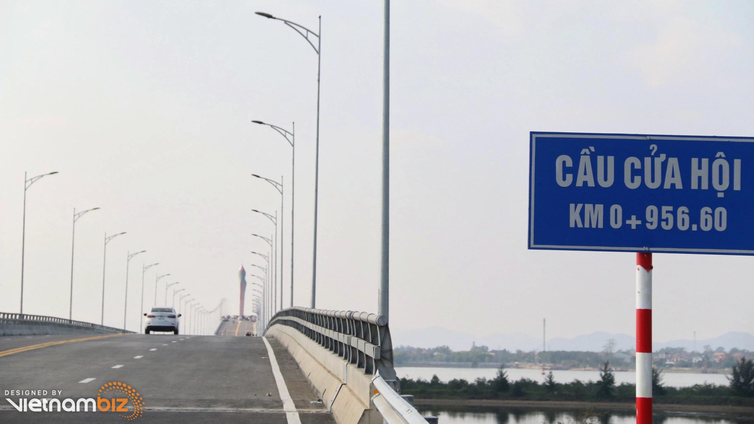 Thông xe cầu Cửa Hội 950 tỷ đồng bắc qua sông Lam nối tỉnh Nghệ An và Hà Tĩnh - Ảnh 1.