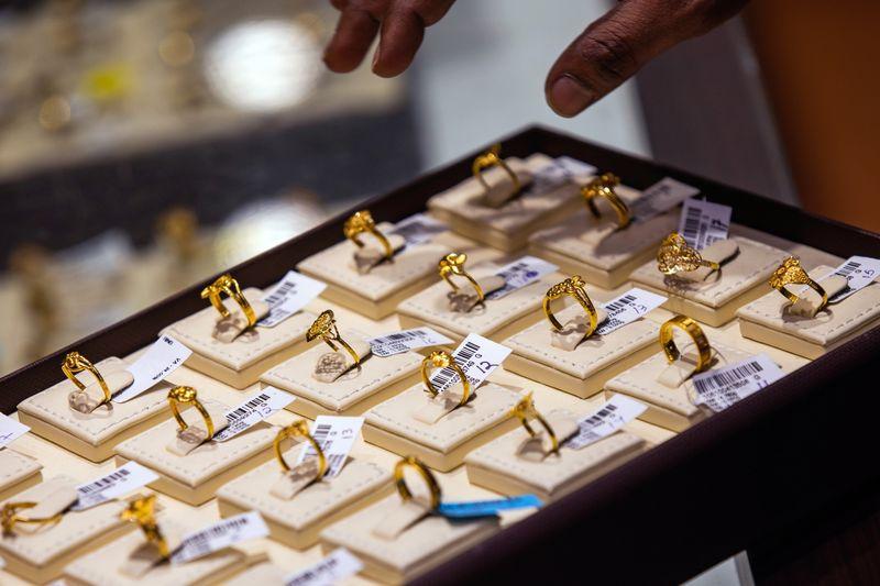 Giá vàng gần chạm đáy 9 tháng, dân châu Á đổ xô đi mua trang sức, vàng thỏi - Ảnh 1.