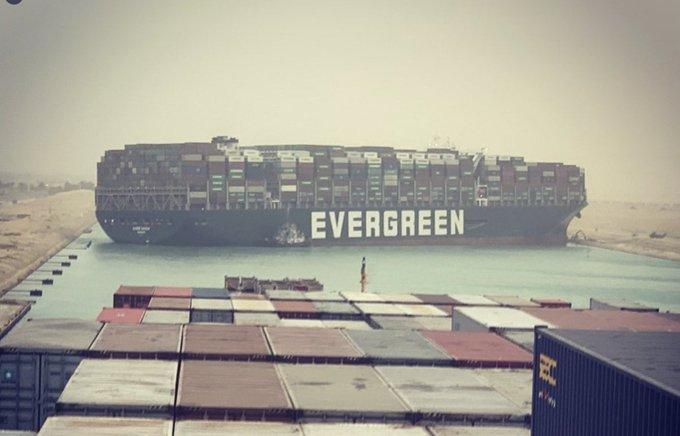 Siêu container 'đứng chôn chân' giữa kênh đào Suez, mọi nỗ lực giải cứu đều bất thành - Ảnh 1.