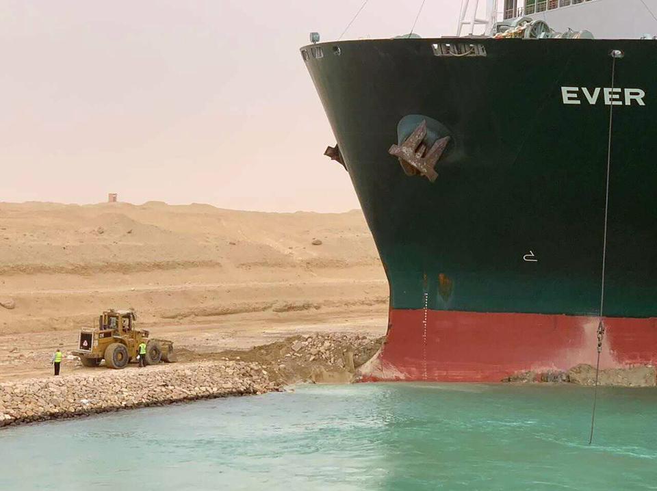 Nỗ lực giải cứu siêu tàu gặp khó, kênh đào Suez vẫn kẹt cứng - Ảnh 2.