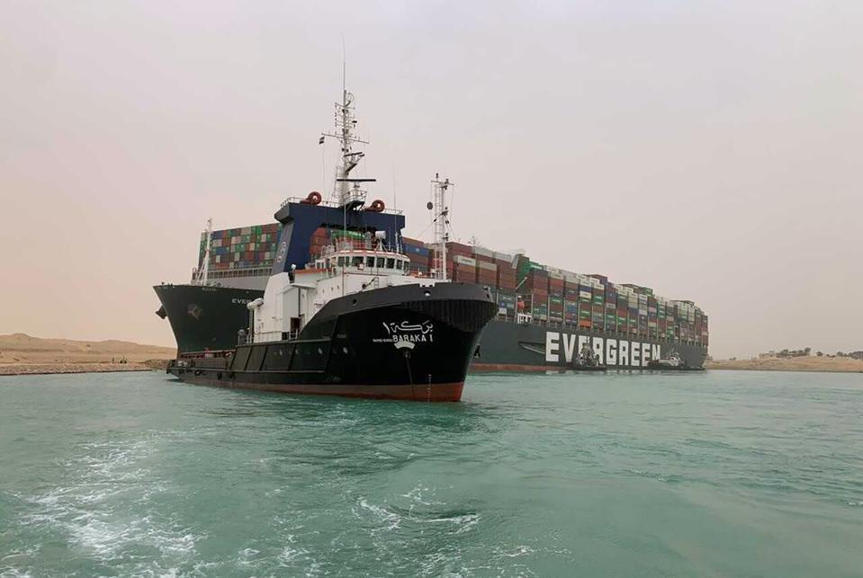 Nỗ lực giải cứu siêu tàu gặp khó, kênh đào Suez vẫn kẹt cứng - Ảnh 1.