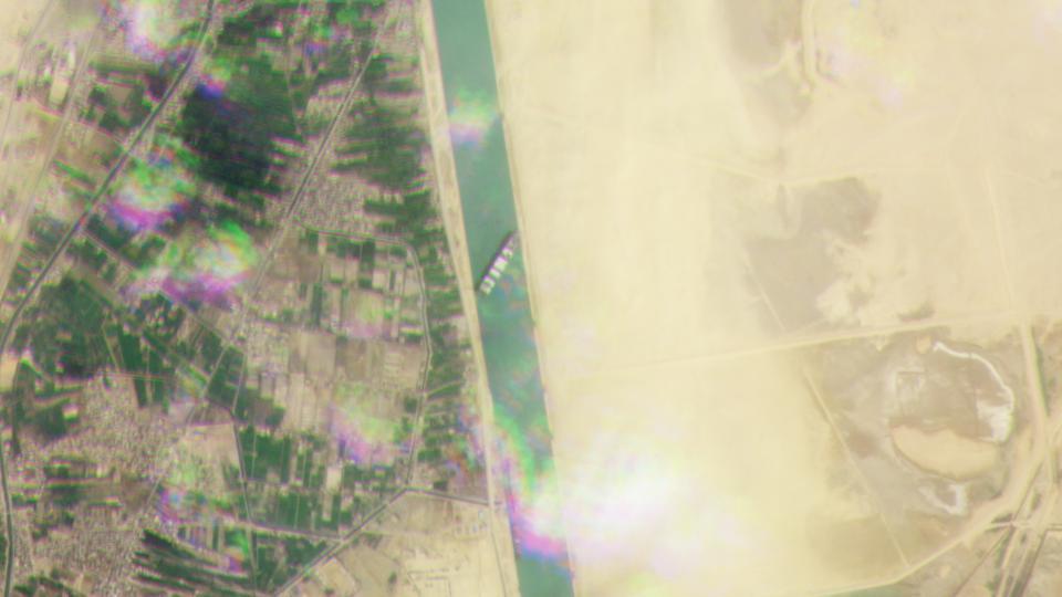 Nỗ lực giải cứu siêu tàu gặp khó, kênh đào Suez vẫn kẹt cứng - Ảnh 3.