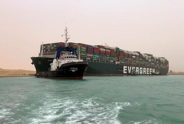 Ai Cập đình chỉ giao thông tại Suez để giải cứu tàu Ever Given - Ảnh 1.