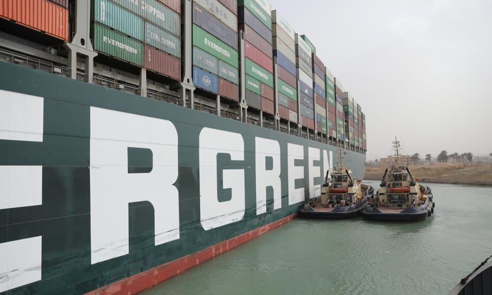 Mỗi ngày Suez tắc nghẽn, gần 10 tỷ USD hàng hóa bị mắc kẹt - Ảnh 1.