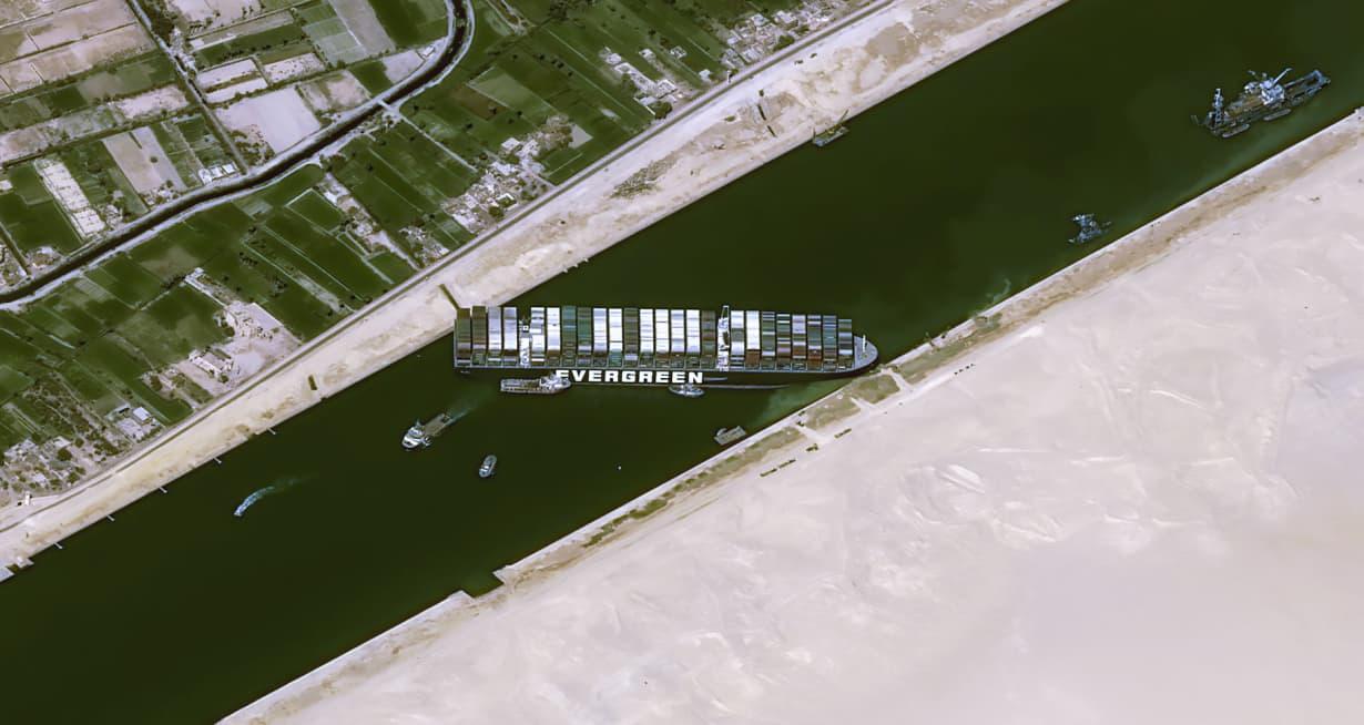 Suez tắc nghẽn, doanh nghiệp tính chuyện chở hàng bằng máy bay - Ảnh 1.