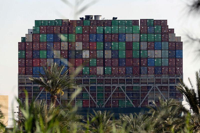 Suez kẹt cứng: Phí vận tải tăng 70%, tàu hàng tốn hàng trăm tấn nhiên liệu đi đường vòng - Ảnh 1.