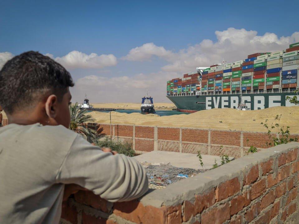 Một quốc gia lo thiếu dầu vì Suez tắc nghẽn - Ảnh 1.