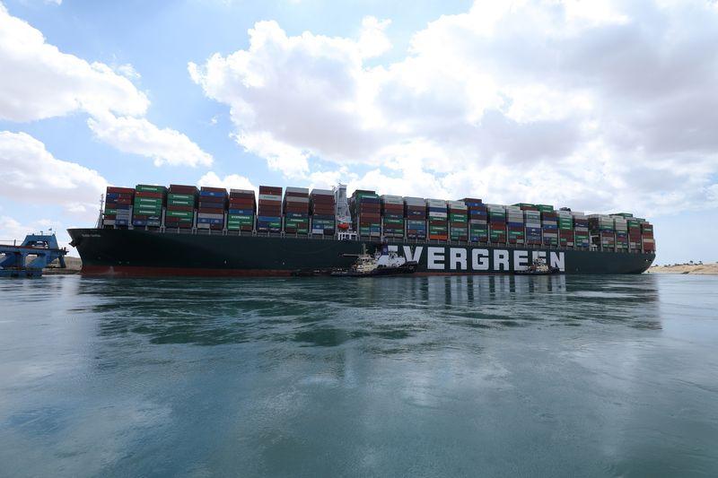 Tháo dỡ hàng nghìn container, hy vọng mới cho siêu tàu mắc cạn ở kênh đào Suez - Ảnh 1.