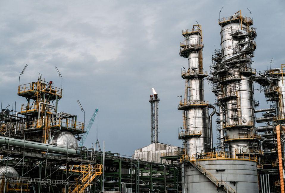 OPEC+ không tăng sản lượng, giá dầu nhảy múa - Ảnh 1.